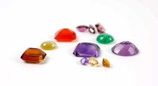 Konvolut 21 lose Edelsteine 4 Amethyste, davon einer 11,90 ct, mit Expertise, ein Smaragdcabochon,