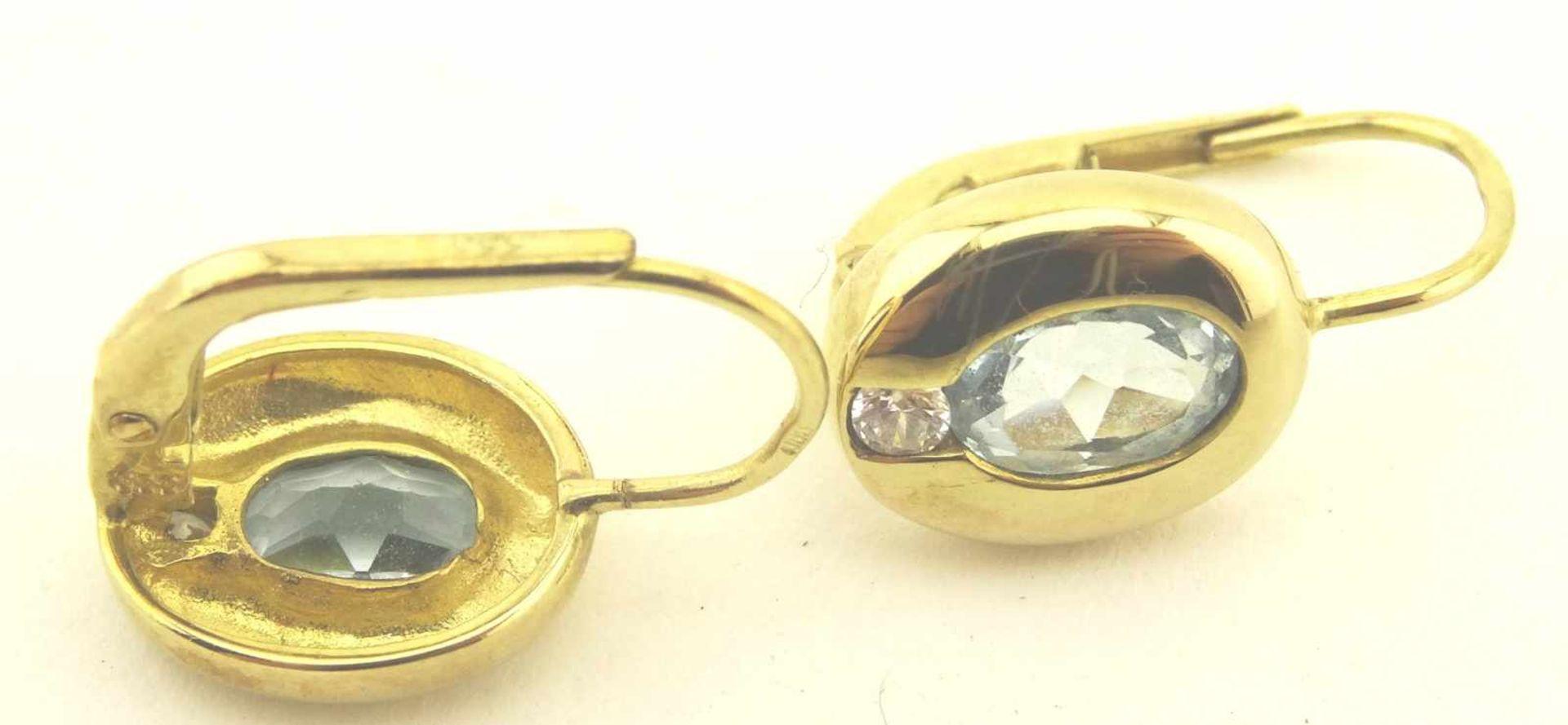 Los 42 - Ohrbuttons 333 Gold mit blauem und weißen Stein, Länge ca. 16mm, Gewicht ges. ca. 1,9g