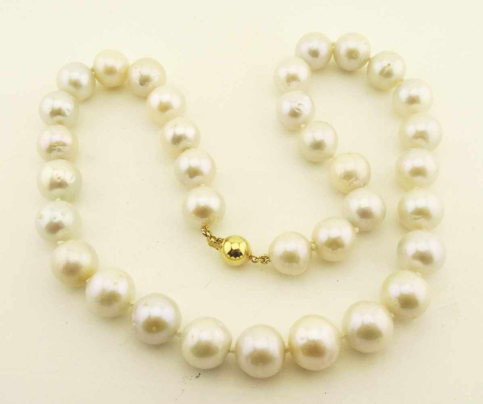 Los 55 - Tahiti- Südseezuchtperle weiß Collier mit 34 Perlen im Verlauf 11,6 auf 12,6mm, mit gelbgoldener