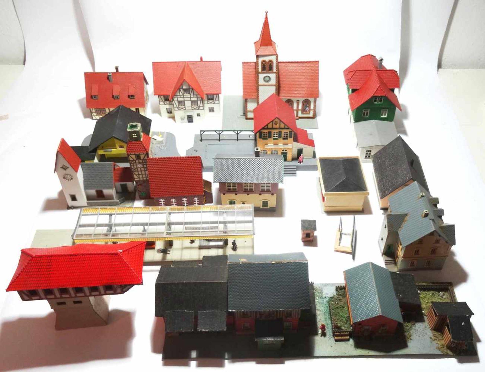 Los 7 - Konvolut Eisenbahn Zubehör Häuser HO 17 Häuser meist in gutem Zustand