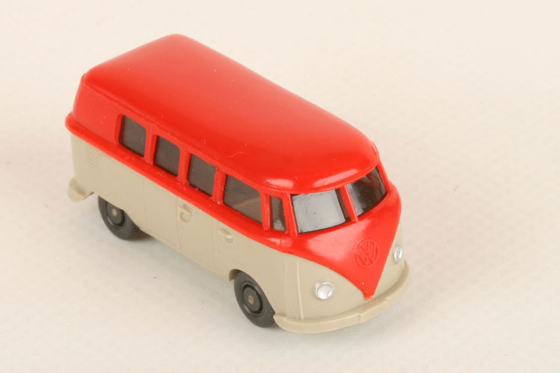 Los 1051 - Wiking VW T1 Kombi orangerot/hellgelbgrau 310/8d, etwas produktionsbedingter Klebstoffübertritt