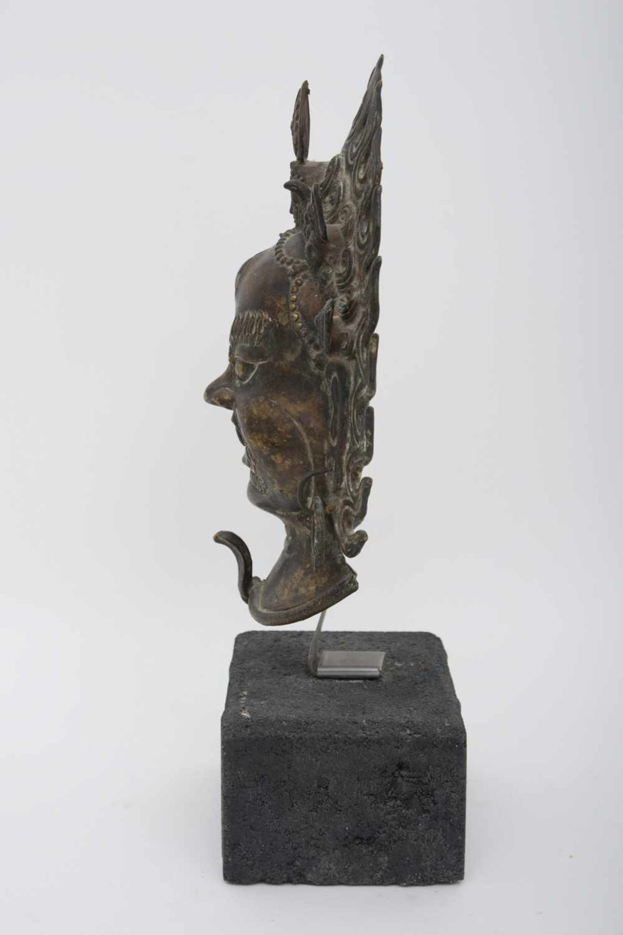 Los 18 - Maske des MAHAKALA,Bronze auf Steinsockel, Tibet/Nepal 20. Jajhrhundert Eine bronzene Maske des