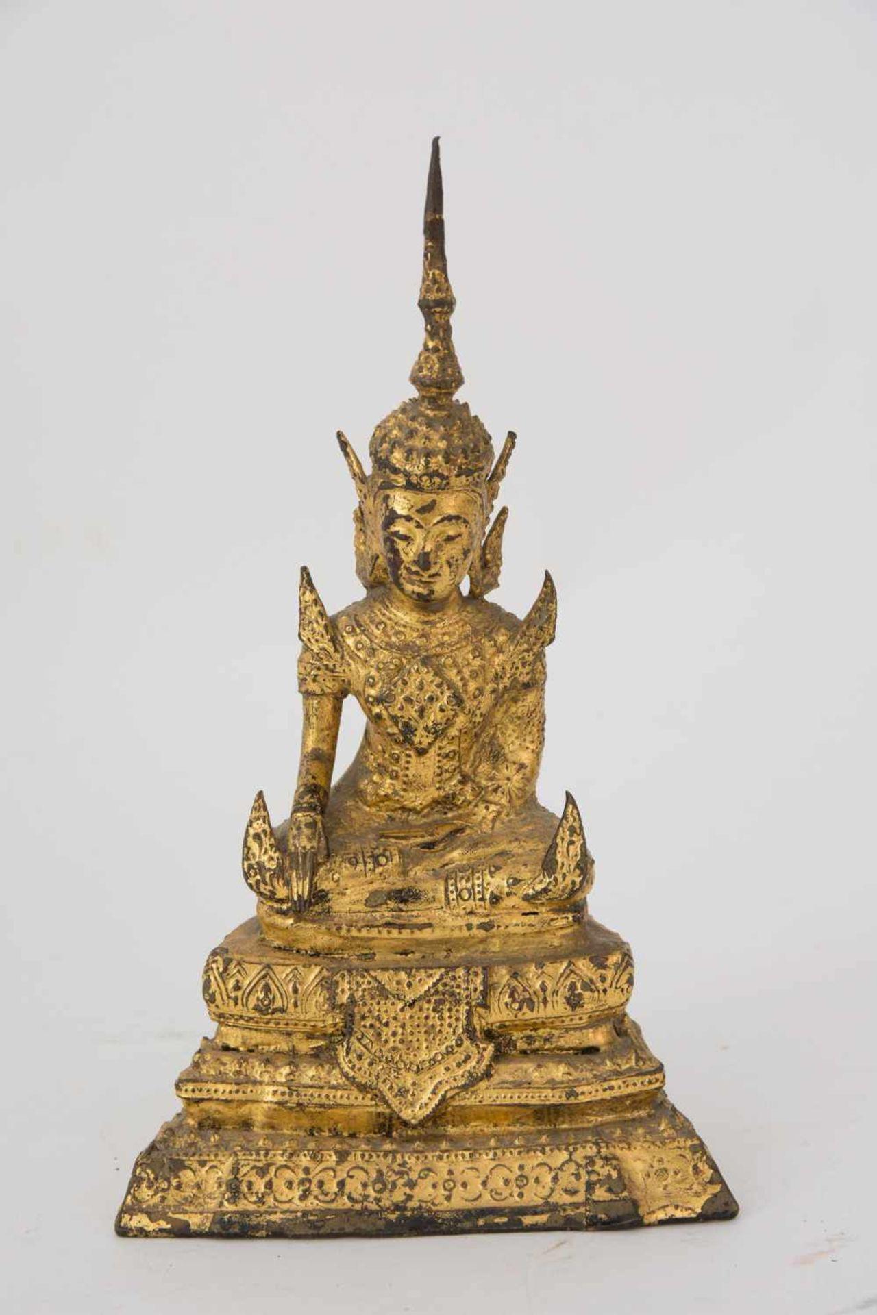 Los 8 - FIREGILT BRONZE BUDDHA SCULPTURE, probably Thailand A firegilt bronze Buddha sculpture probably