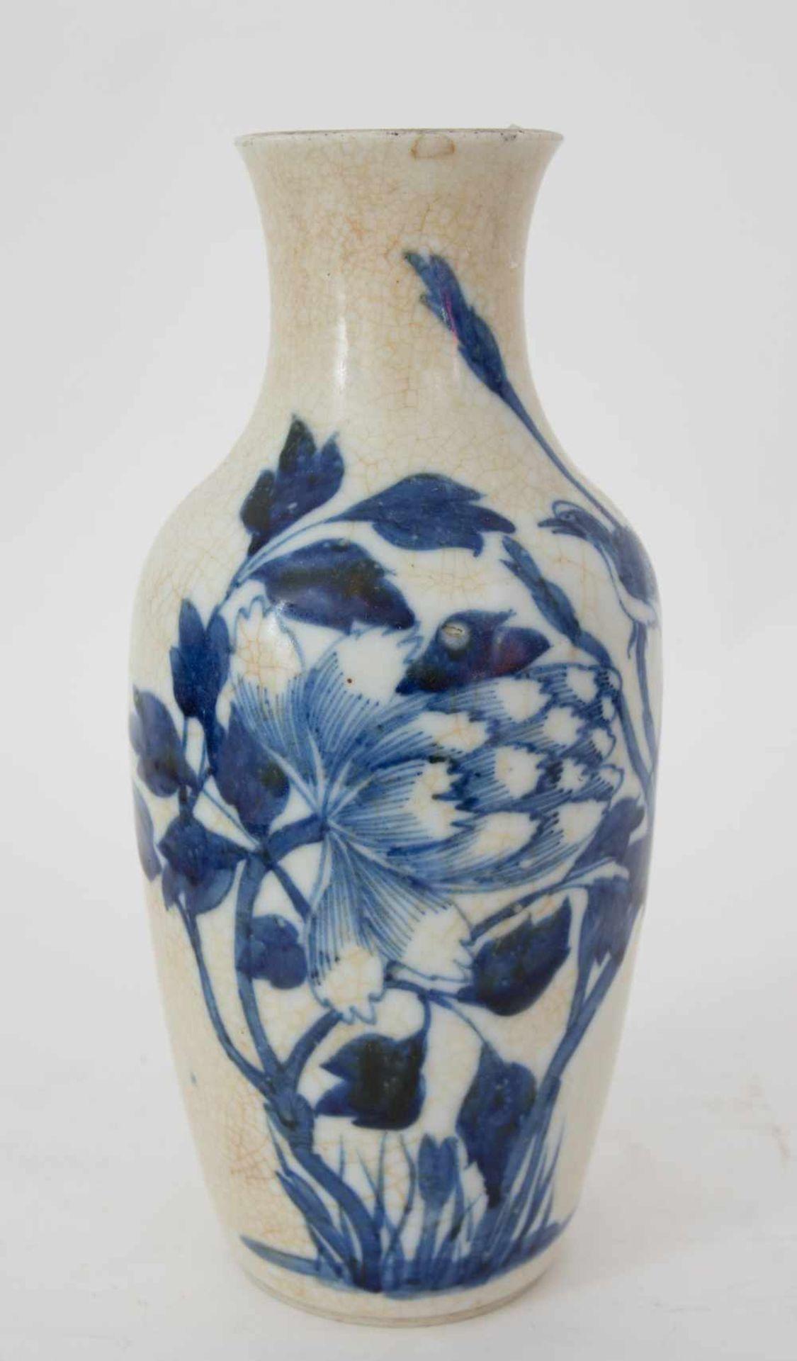 Los 17 - CHINESE CERAMIC VASE, painted in blue Blue painted ceramic vase, China,23 x 7 cm.