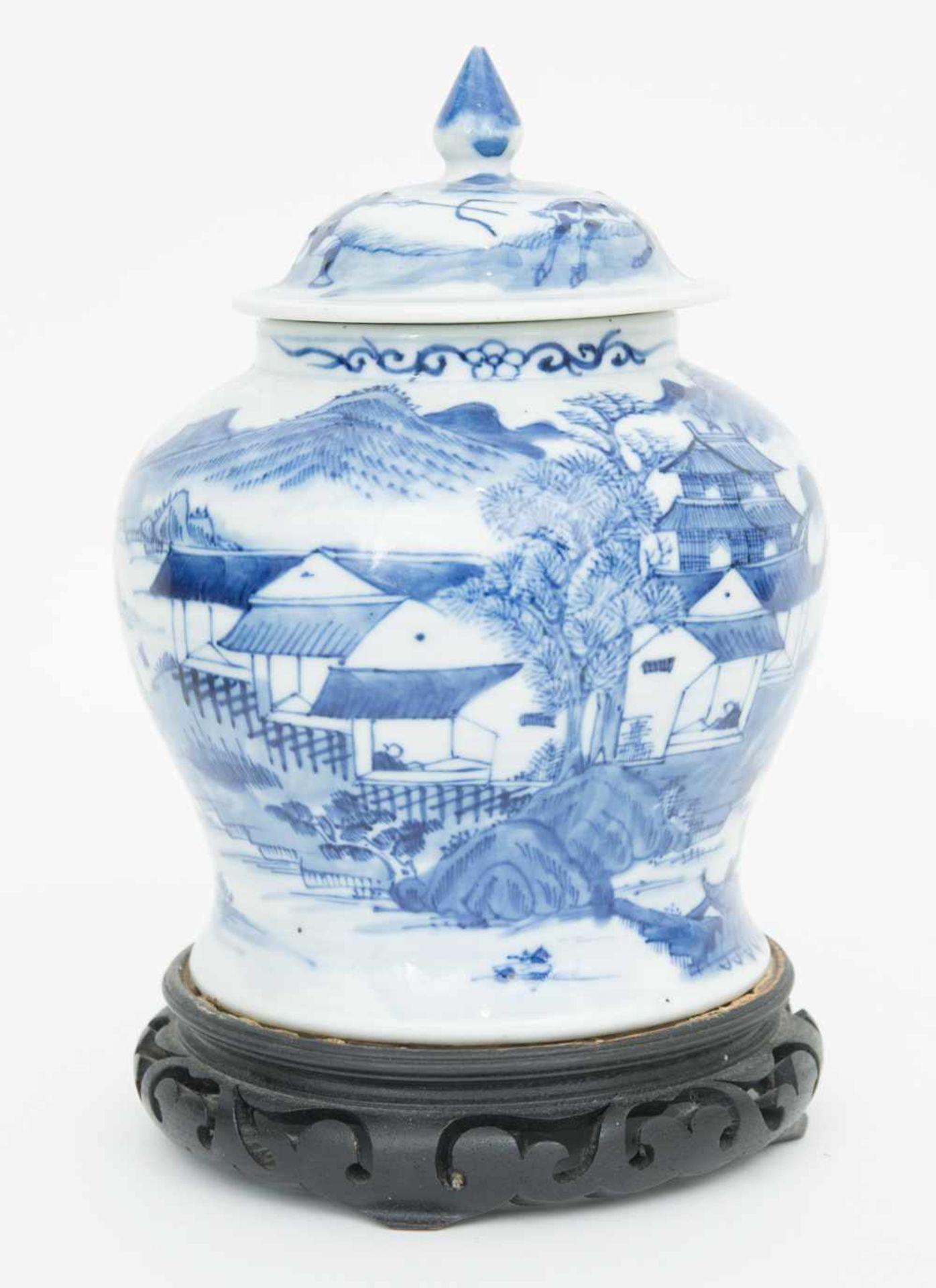 Los 36 - PORZELLANVASE AUF HÖLZERNEM STAND,wohl Qing Dynastie, China Chinesische Vase aus Porzellan, wohl