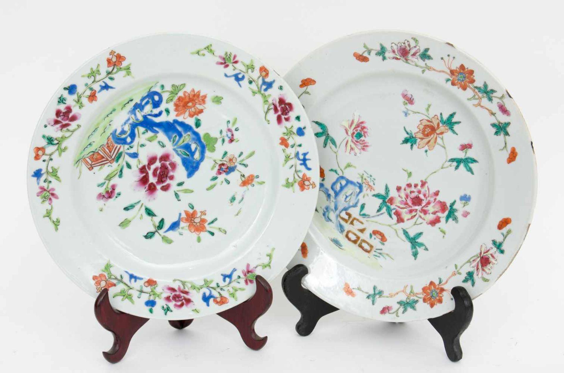 Los 37 - ZWEI TELLER FAMILLE ROSE, mit Stand, Porzellan, China wohl frühes 20. Jahrhundert Zwei chinesische