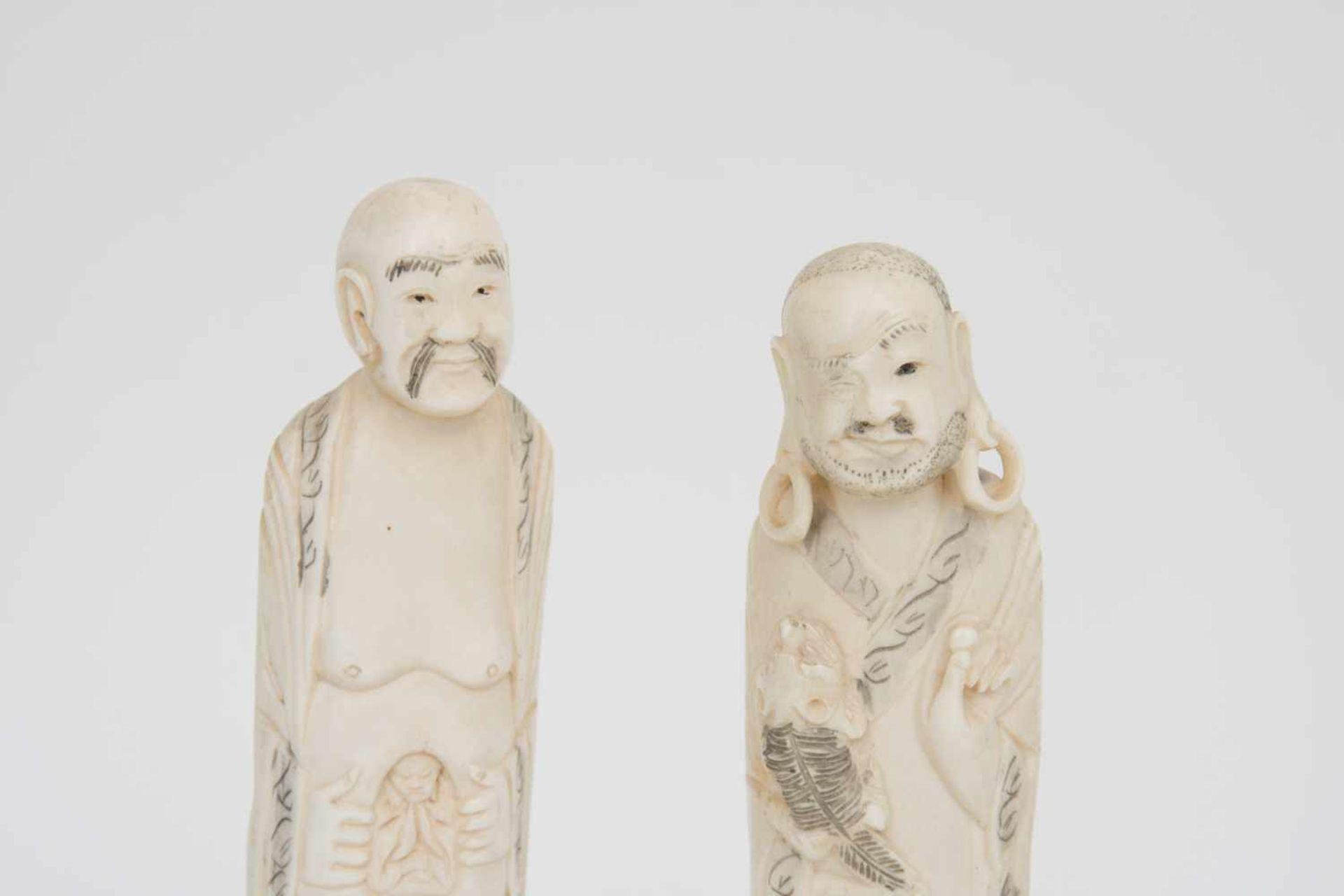 Los 40 - FEIN GESCHNITZTES FIGURENPAAR AUS BEIN, China, 19. Jahrhundert. Zwei kleine männliche Figuren fein