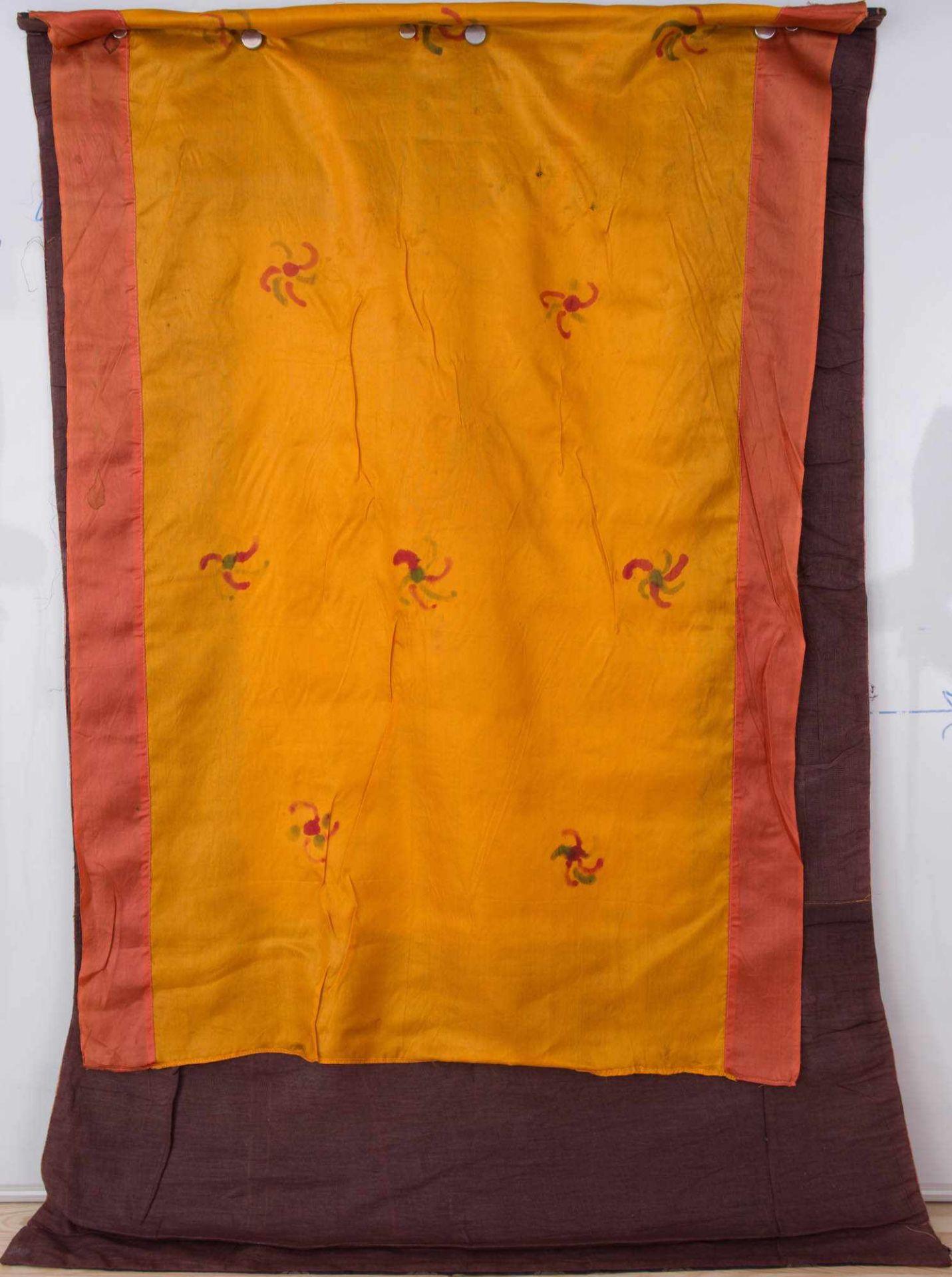 Los 3 - FARBENFROHER THANGKA AUS LEINEN UND SEIDE,Tibet 19.Jahrhundert. Thangka mit kräftgen Farben und
