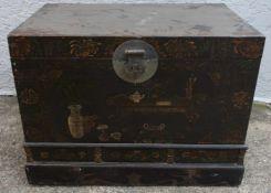 CHINESISCHE TRUHE, bemaltes Holz/Metall, Ende 19. Jahrhundert Maße (H x B x T): 73 x 99 x64 cm.