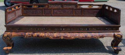 OPIUMBETT, bemaltes Holz und Rattan, China Ende 19. Jahrhundert Mit Rattanauflage, Gewicht circa