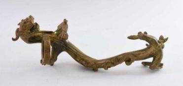 """TÜRGRIFF """"DRACHE"""", Messing, China frühes 20. Jahrhundert Bronzefarbener Türgriff in Form eines"""