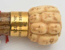 GEHSTOCK MIT NETSUKE,lackiertes Holz und Elfenbein, Japan/Großbritannien 1. Viertel 20.