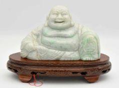 PU-TAI, Birma-Jade/Holz, China 20. Jahrhundert Hellgrüne Jade-Figur eines lachenden Buddha (