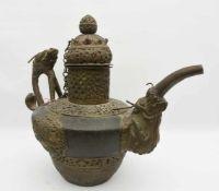 TIBETKANNE, getriebenes und ziseliertes Messing, Tibet um 1800 Kanne mit Deckel, Drachengriff und