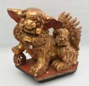 SHI-SHI, bemaltes und goldstaffiertes Holz, China Ende 19. Jahrhundert Chinesischer Wächterlöwe,