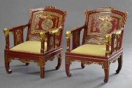 Paar Art Deco Sessel in chinesischem Stil mit reicher Schnitzerei, Holz rot/gold lackiert, wohl