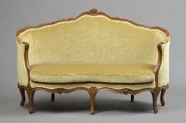 Kleines Rokoko Sofa mit floral beschnitztem Eichen Gestell, beiges Velourspolster, Mitte 18.Jh.,