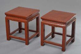 Paar kleine chinesische Rotlack Tischchen mit Volutenschnitzerei in der Zarge, Qing Dynastie, 48,