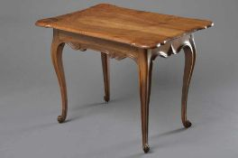 Kleiner barocker Teetisch mit geschwungener Platte auf beschnitzter Zarge und geschweiften Beinen,