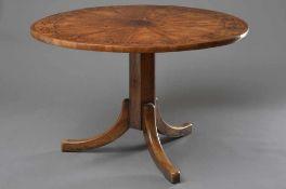 Biedermeier Esstisch mit runder Platte auf sechseckigem Schaft mit Dreifuß, Kirschbaum mit