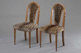 Paar französische Art Deco Stühle mit beschnitztem teilvergoldetem Gestell und altem Fell Bezug,