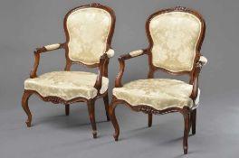 Paar Louis XV Armlehnstühle mit floral beschnitztem Gestell und taillierter Rückenlehne, Nussbaum