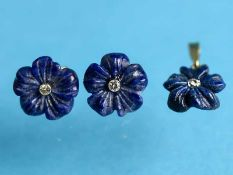 Paar Ohrstecker und Anhänger mit Blüten aus Lapislazuli und kleinen Achtkant-Diamanten, 20. Jh.