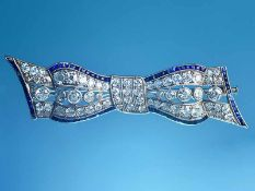 Hochfeine Schleifennadel mit 66 Diamanten, zusammen ca. 4,3 ct, und Saphiren, zusammen ca. 0,6 ct,