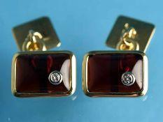 Paar Manschettenknöpfe mit Granat-Cabochons und kleinen Diamanten, zusammen ca. 0,08 ct,