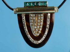 Anhänger/ Clipnadel mit Schildpatt, Smaragd und Brillanten, zusammen ca. 1 ct, Art Deco 750/-