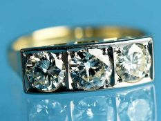 Ring mit 3 Brillanten, zusammen ca. 1,6 ct, um 1930 585/- Gelbgold. Gesamtgewicht ca. 4,4 g.