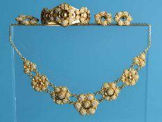 4 tlg. Schmuckgarnitur mit kleinen Keshirperlen, orientalische Goldschmiedearbeit, 20. Jh. 585/-