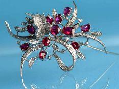 Große Blütenbrosche mit 11 natürlichen Rubinen und reichhaltigem Brillantenbesatz, 20. Jh. 585/-