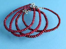 4 Rubinarmbänder, zusammen ca. 130 ct und mit Silberschließen, 20. Jh. 925/- Silber.