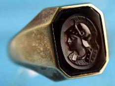 Siegelring mit dunkelbrauner Glaskamee, um 1900 585/- Gelbgold. Rechteckig Glaskamee mit