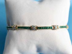Armband mit Smaragdcarreesteinen und Achtkant-Diamanten, 20. Jh. 585/- Gelb- und Weißgold.