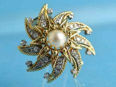 Brosche mit Akoyaperle und 36 Brillanten und Diamanten, zusammen ca. 0,75 ct, Goldschmiedearbeit aus