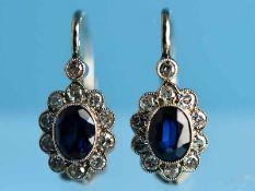 Paar Ohrgehänge mit 2 natürlichen Saphiren ca. 0,7 und 22 Diamanten, zusammen ca. 0,55 ct, Anfang