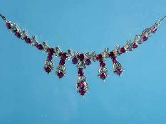 Collier mit 26 natürlichen Rubinen und 58 kleinen Diamanten, 20. Jh. 750/- Weißgold. Gesamtgewicht