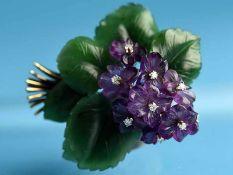 Große Veilchenbrosche aus Jade, Amethyst und 9 Achtkant-Diamanten, zusammen ca. 0,15 ct,