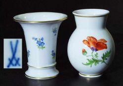 Zwei Veilchen-Vasen. Zwei Veilchen-Vasen. MEISSEN 20. Jahrhundert. 1. Wahl. 1) Veilchenvase, farbige