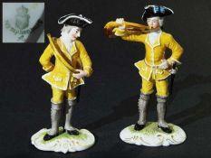 Zwei Figuren aus der blauen Nymphenburger Jagd. Zwei Figuren aus der blauen Nymphenburger Jagd.