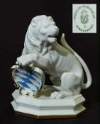 Löwe mit Wappen. Löwe mit Wappen. NYMPHEBURG, 20. Jahrhundert. Modell Nr. 2101B. Modell um 1800