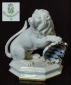 Löwe mit Wappen. Löwe mit Wappen. NYMPHEBURG, 20. Jahrhundert. Modell Nr. 2102 P. Modell um 1800 von