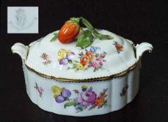 Kleine Deckelterrine. Kleine Deckelterrine. NYMPHENBURG, um 1900. Farbige Bemalung Blumenbukett