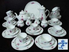 """Kaffee- und Teeservice. Kaffee- und Teeservice. FÜRSTENBERG. Dekor """"Blume"""" in Purpur, Reliefdekor,"""