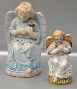 Zwei sitzende Engel Biskuitporzellan, teilweise bunt bemalt, um 1900