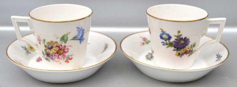 Paar Tassen mit Untertasse, Goldrand, Rand und Spiegel mit bunter Blumen- und Insektenbemalung, FM
