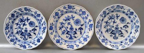 Konvolut drei Teller Dekor blaues Zwiebelmuster, zwei Teller blaue Schwertermarke Meissen, ein