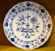 Teller gewellter Rand, Rand und Spiegel mit Zwiebelmusterdekor, Dm 28 cm, blaue Schwertermarke